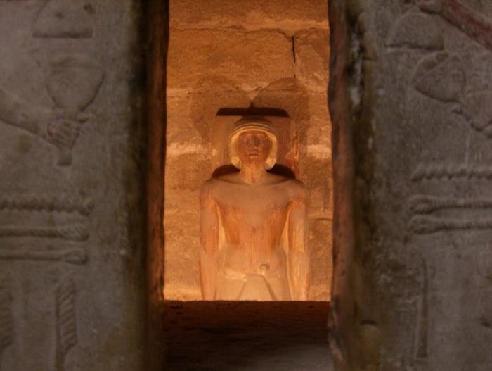 Se suponía que todo lo que sucede en la tumba es vigilado por espíritus y diversas hipóstasis del alma del difunto.