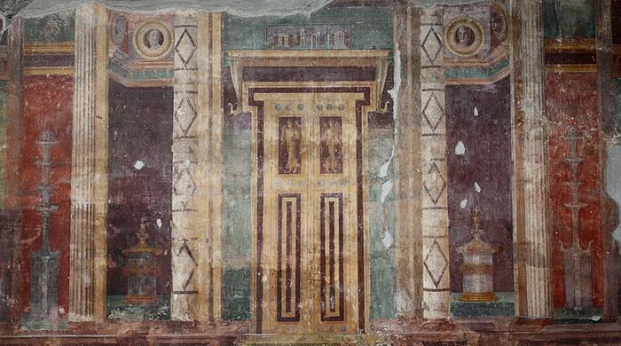 Se pueden encontrar imágenes de puertas falsas en las villas de Pompeya