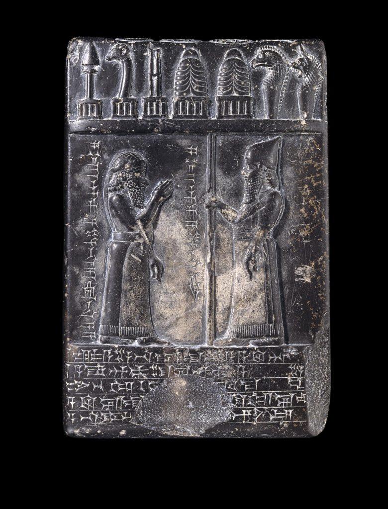 Otra tablilla que representa al rey Nabu-apla-iddina mientras concede tierras a un sumo sacerdote. Crédito: Museo Británico