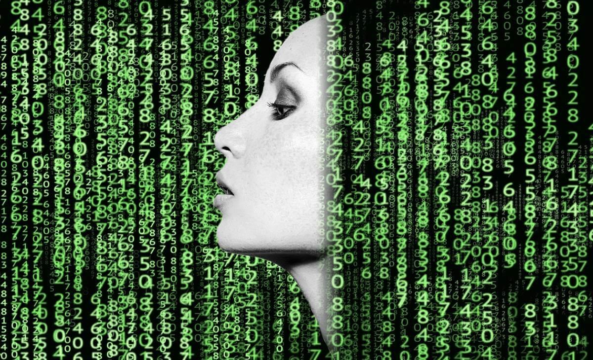 mujer con códigos binarios representando el transhumanismo