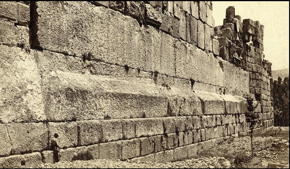 Puedes ver los tres grandes bloques de 800 toneladas que forman el Trilithon en el medio. Crédito: Hidden Inca Tours