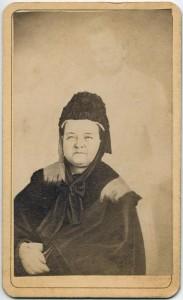"""Mary Todd Lincoln, retratada por William H. Mumler, con el supuesto """"fantasma"""" de su marido, el presidente de los Estados Unidos Abraham Lincoln."""