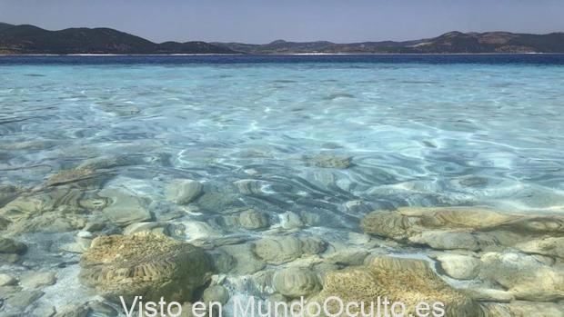 Rocas en el lago Salda en Turquía, formadas por microbios que atrapan minerales y sedimentos en el agua. El estudio de estos antiguos fósiles microbianos en la Tierra ayuda a los científicos de Mars 2020 a prepararse para su misión