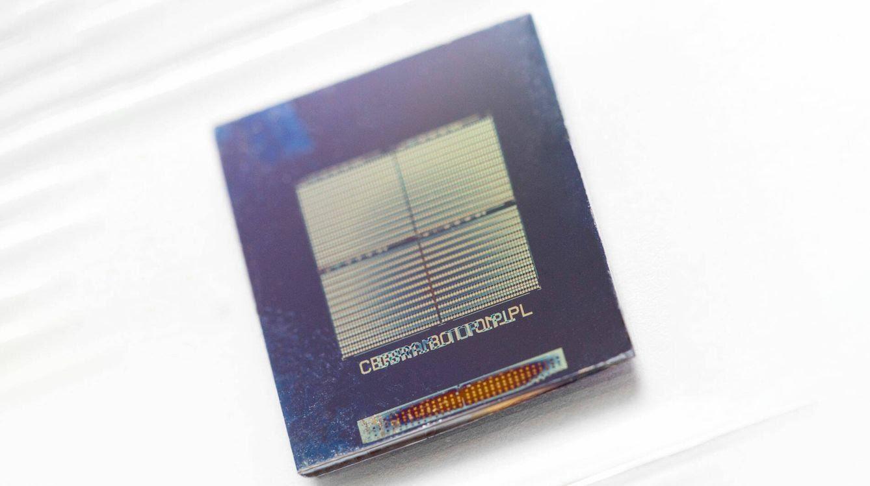Un prototipo experimental de memristor fabricado por el Departamento de Energía de los EEUU