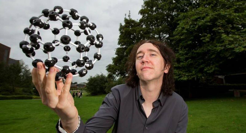 Thompson sosteniendo la molécula mágica que forma el memristor