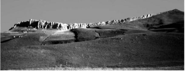 Una enorme característica geológica de dos picos en el sitio del anclaje del barco de Noah. El levantamiento de piedra caliza es de aproximadamente trescientos pies de piedra caliza del Cretácico de color blanco puro, un acantilado extremadamente visible e impresionante, que aparece como una pared que llega al cielo cuando uno se encuentra debajo de él. (Imagen: David Allen Deal).