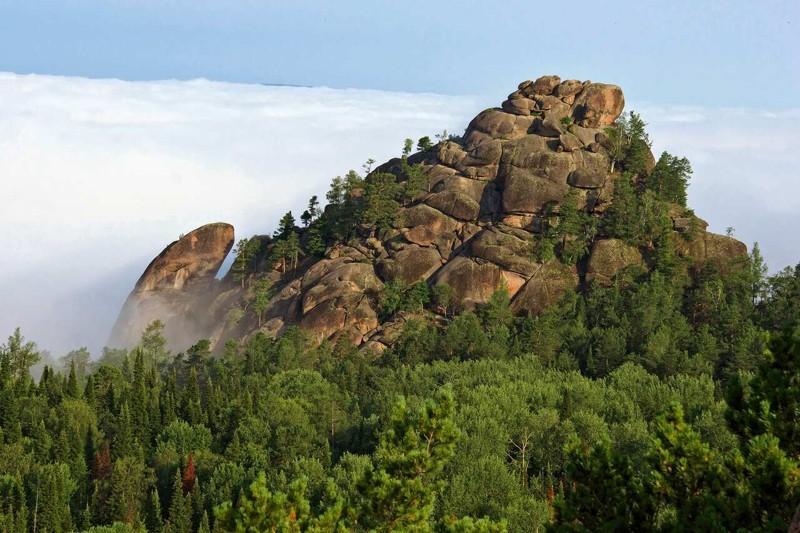 """El Primer Pilar: Uno de las estructuras rocosas más grandes de los Pilares centrales. Se encuentra justo enfrente del Elefante. Debido a la altura de 87 metros, el """"Primero"""" es visible desde lejos"""
